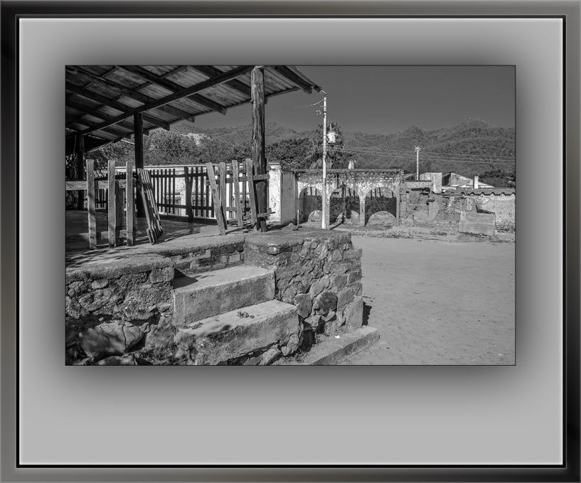 Mexican Village Store B&W (1 of 1)-7 broken gate blog